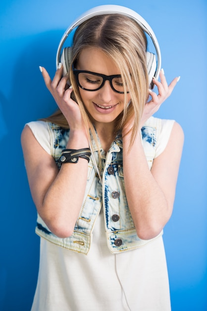 Dziewczyna słucha muzyki przez słuchawki Premium Zdjęcia