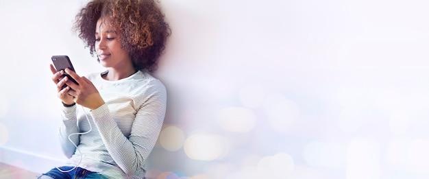 Dziewczyna Sms-y Na Jej Telefon Premium Zdjęcia