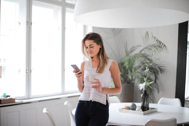 Dziewczyna Sms-y W Domu Premium Zdjęcia