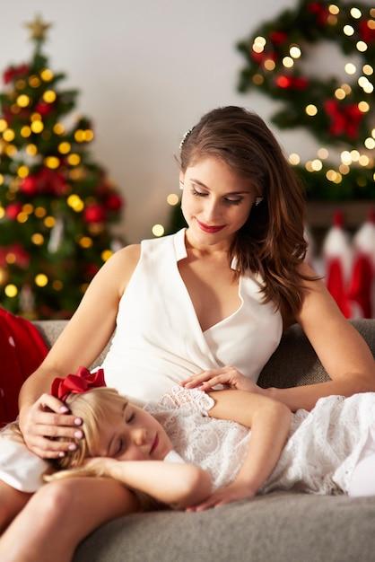 Dziewczyna śpi Na Kolanach Matki Darmowe Zdjęcia