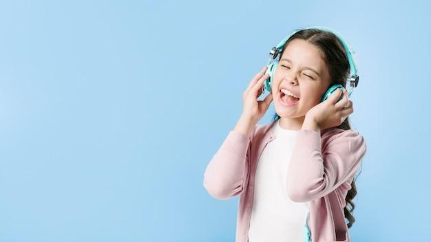 Dziewczyna śpiew W Hełmofonach W Studiu Premium Zdjęcia