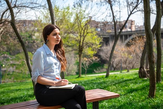 Dziewczyna Studiuje W Parku Darmowe Zdjęcia