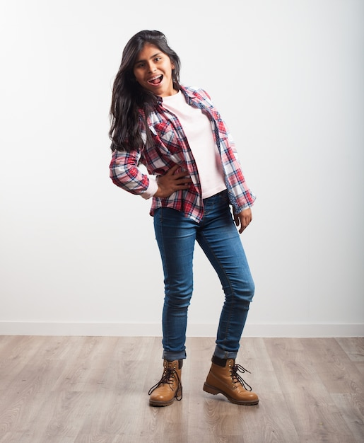 Dziewczyna Stwarzających Z Krzywym Biodrze Darmowe Zdjęcia