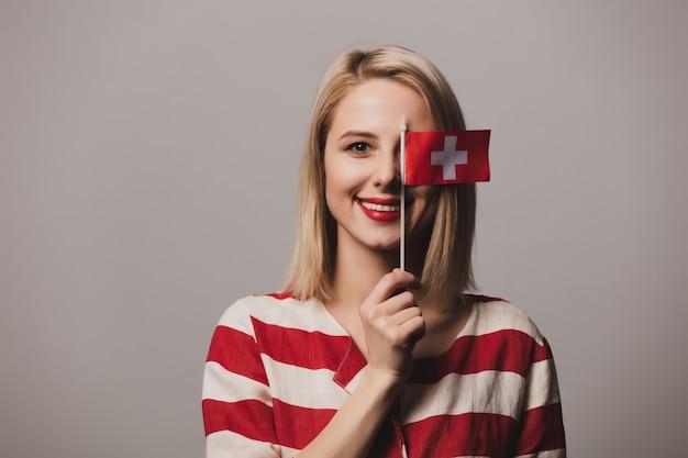 Dziewczyna Trzyma Flagę Szwajcarii Premium Zdjęcia