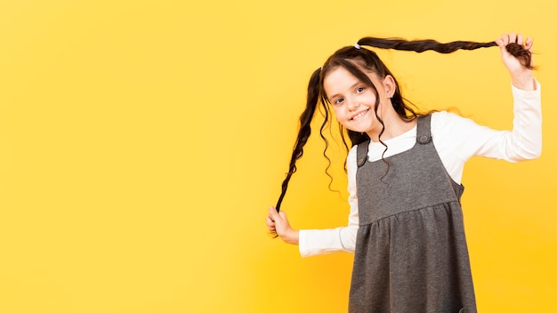 Dziewczyna Trzyma Jej Pigtails Odbitkową Przestrzeń Darmowe Zdjęcia