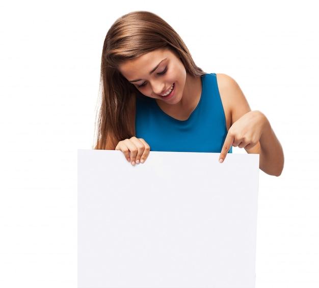 Dziewczyna trzyma plakat Darmowe Zdjęcia