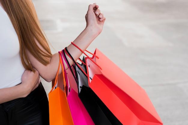 Dziewczyna trzyma torby na zakupy na jej ramieniu Darmowe Zdjęcia