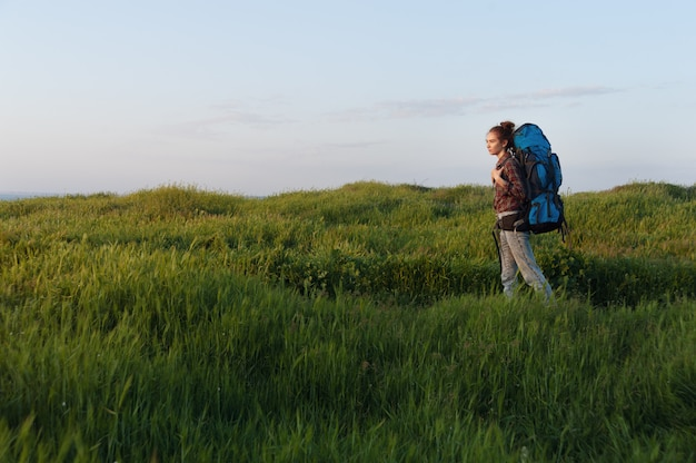 Dziewczyna turysta podróżuje z plecakiem na krajobraz Premium Zdjęcia