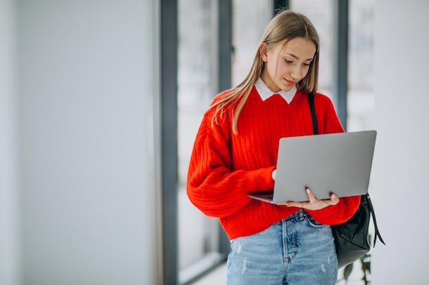 Dziewczyna Uczeń Z Laptop Pozycją Okno W Korytarzu Darmowe Zdjęcia