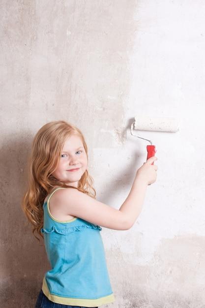Dziewczyna Uśmiech Maluje ścianę Premium Zdjęcia
