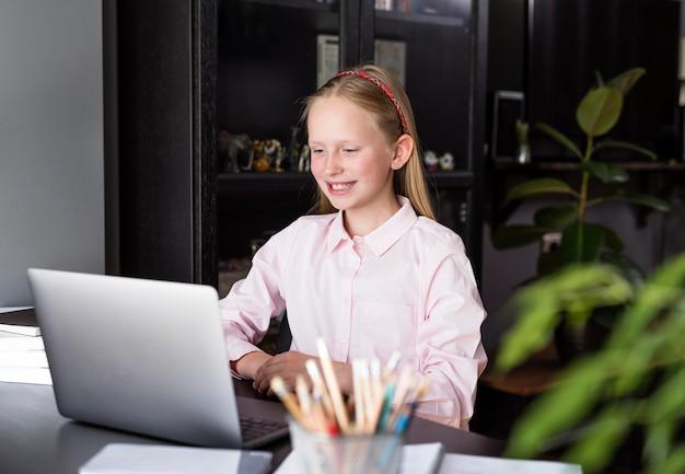 Dziewczyna Uśmiecha Się Do Swoich Kolegów Z Domu Darmowe Zdjęcia