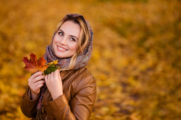 Dziewczyna W Chustce Na Głowie Chodzi Po Jesiennym Parku Premium Zdjęcia
