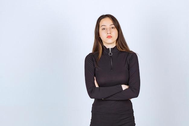 Dziewczyna W Czarnych Ubraniach Daje Profesjonalne I Neutralne Pozy Bez Reakcji. Darmowe Zdjęcia