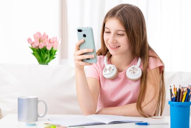 Dziewczyna W Czasie Wolnym Z Telefonem Premium Zdjęcia