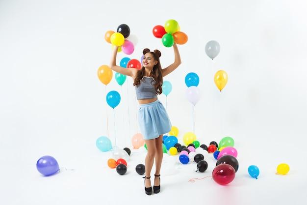 Dziewczyna W Hipster Odzież Trzymając Się Za Ręce Z Małe Balony Darmowe Zdjęcia