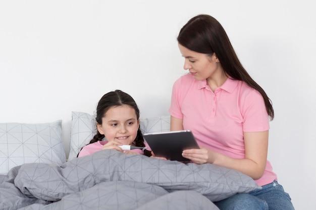 Dziewczyna W łóżku Z Tabletem Darmowe Zdjęcia