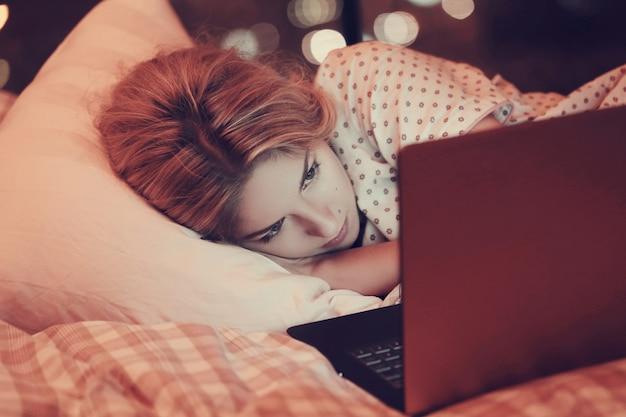 Dziewczyna W łóżku Darmowe Zdjęcia