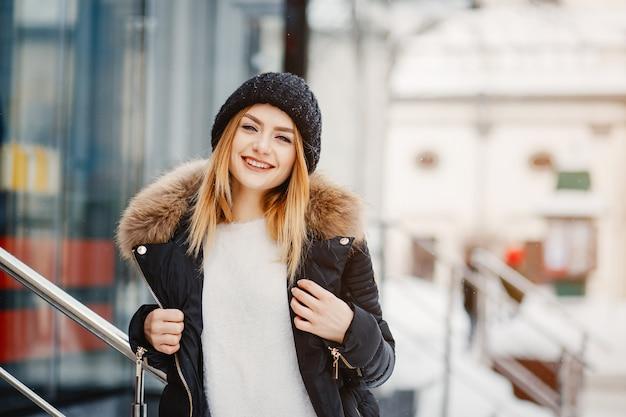Dziewczyna w mieście zimą Darmowe Zdjęcia