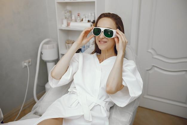 Dziewczyna W Okularach Bezpieczeństwa Siedzi W Studio Kosmetologii Darmowe Zdjęcia