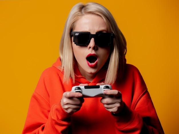 Dziewczyna W Okularach Przeciwsłonecznych Bawi Się Joystickiem Premium Zdjęcia