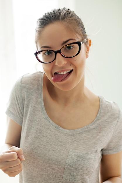 Dziewczyna w okularach w swoim mieszkaniu Darmowe Zdjęcia