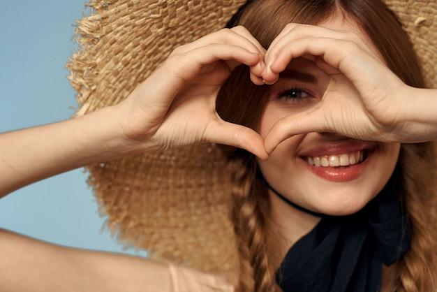Dziewczyna W Słomkowym Kapeluszu Portret Szczegół Warkocze Zabawa Rude Włosy Premium Zdjęcia