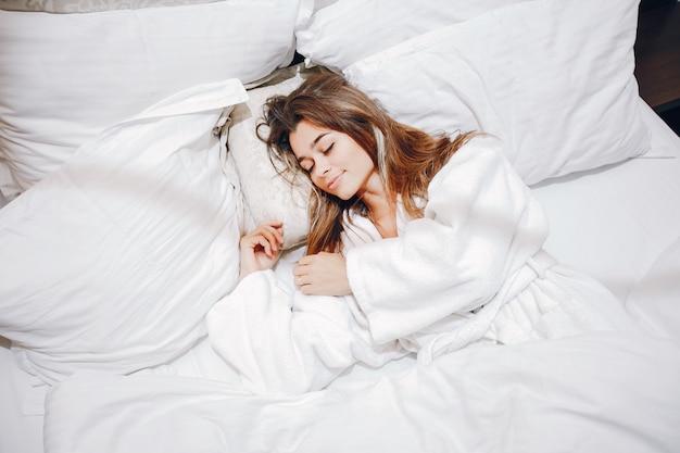 Dziewczyna w szlafroku Darmowe Zdjęcia