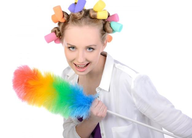 Dziewczyna W Wałkach Do Włosów Z Urządzeniem Do Odkurzania. Premium Zdjęcia
