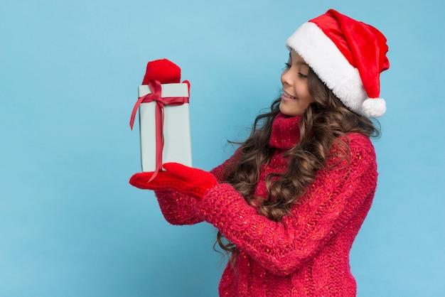 Dziewczyna W Zimowe Ubrania Patrząc Na Jej Prezent Darmowe Zdjęcia