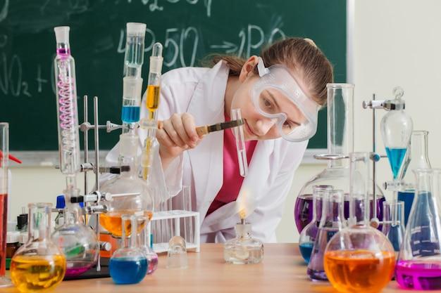 Dziewczyna Wykonuje Eksperyment Chemiczny Na Lekcji Chemii Premium Zdjęcia