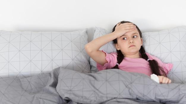 Dziewczyna Z Bólem Głowy Kłaść W łóżku Darmowe Zdjęcia