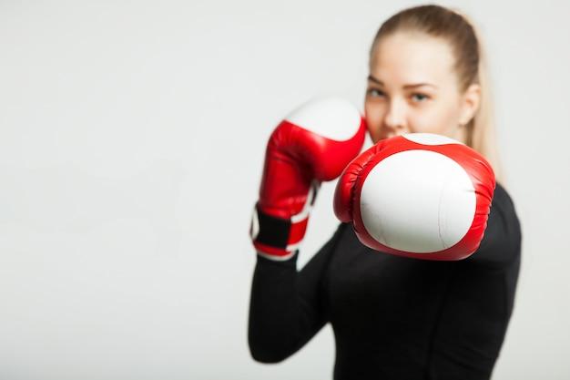 Dziewczyna Z Czerwonymi Bokserskimi Rękawiczkami, Biały Tło Z Kopii Przestrzenią Premium Zdjęcia