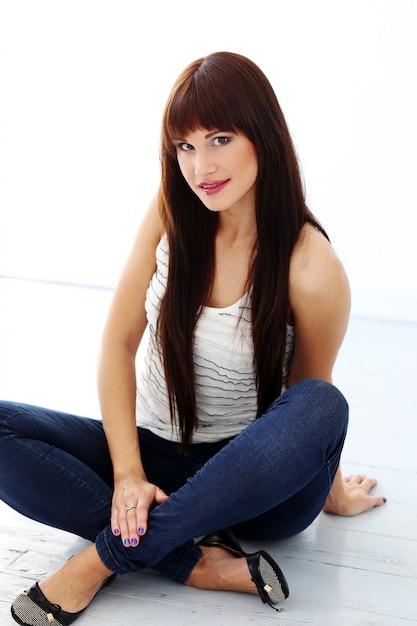 Dziewczyna z długimi włosami, siedząc na podłodze Darmowe Zdjęcia