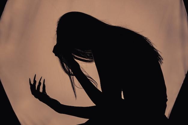 Dziewczyna z długimi włosami wiedźmy próbuje się podpalić Premium Zdjęcia