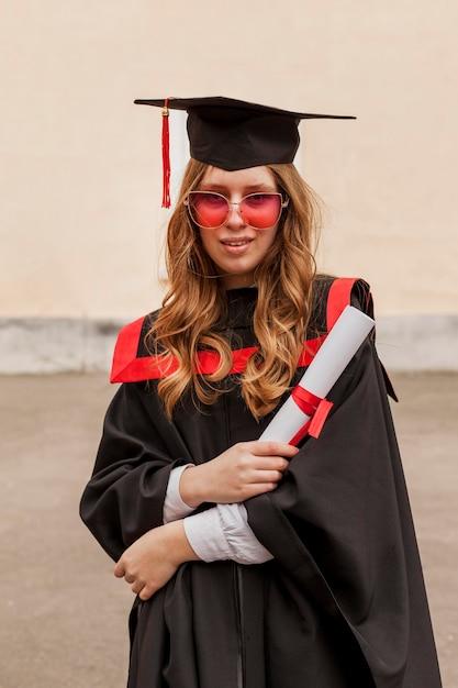 Dziewczyna Z Dyplomem Ukończenia Szkoły Darmowe Zdjęcia