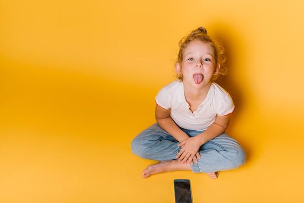 Dziewczyna z figlarnym wyrażeniem Darmowe Zdjęcia