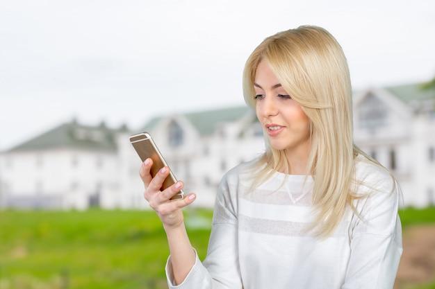 Dziewczyna z inteligentny telefon Premium Zdjęcia