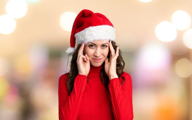 Dziewczyna z kapeluszem boże narodzenie niezadowolony i sfrustrowany czymś. negatywny wyraz twarzy Premium Zdjęcia