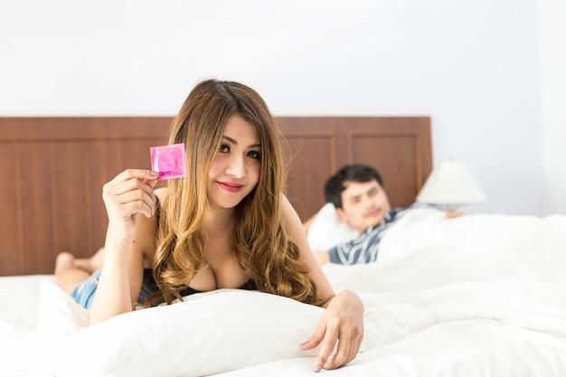 Dziewczyna Z Kondomem Przed Seksem Ze Swoim Partnerem Premium Zdjęcia