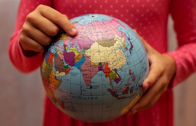 Dziewczyna Z Kulą Ziemską świata Premium Zdjęcia
