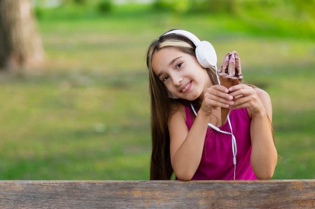 Dziewczyna z lodami czekoladowymi i słuchawki Darmowe Zdjęcia