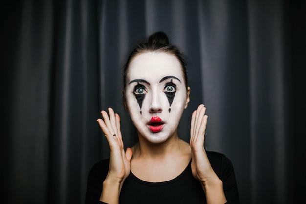 Dziewczyna z makijażem mima. improwizacja. Premium Zdjęcia