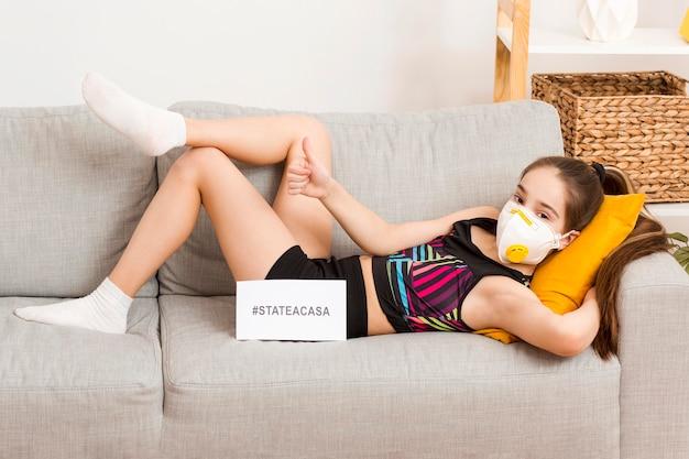 Dziewczyna Z Maską Siedzi Na Kanapie Darmowe Zdjęcia