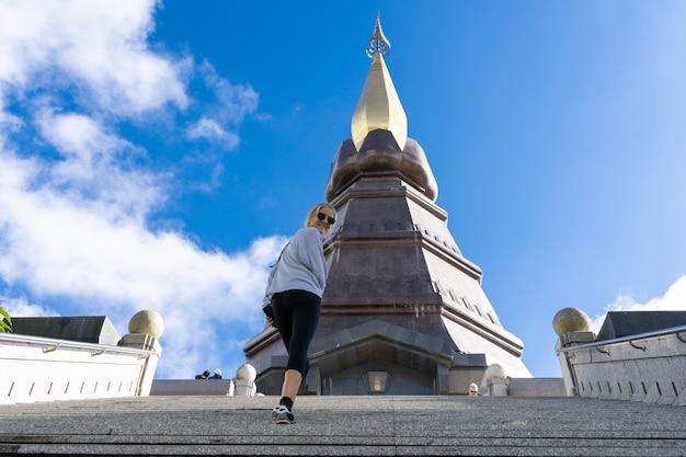 Dziewczyna Z Okularami Przeciwsłonecznymi Wspina Się Kroki Pagoda Darmowe Zdjęcia