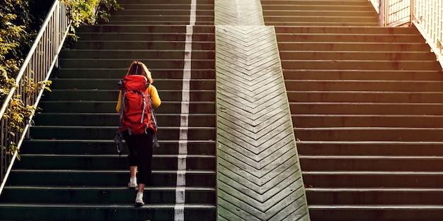 Dziewczyna Z Plecakiem Chodząc Po Schodach Darmowe Zdjęcia