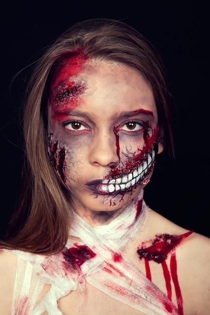 Dziewczyna Z Ranami Na Twarzy, Krwawymi Plamami, Makijażem Na Halloween, Dziewczyną Premium Zdjęcia