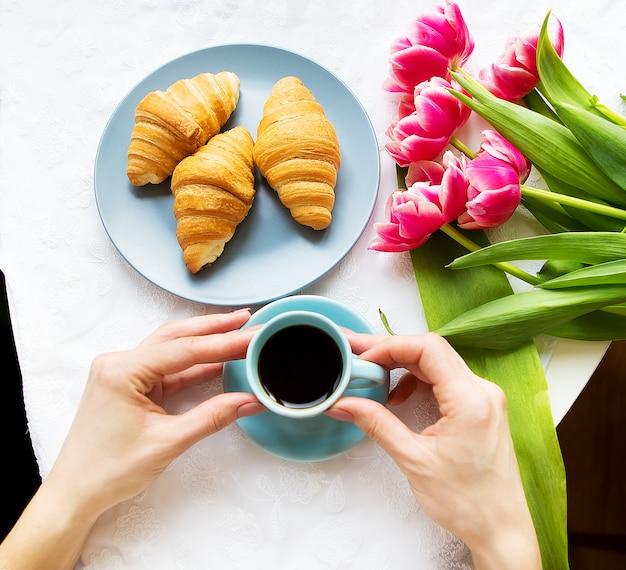 Dziewczyna Z Rogalikami I Kawą, Bukiet Różowych Tulipanów, Szczęśliwy Poranek Premium Zdjęcia