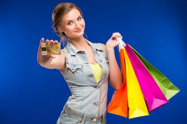 Dziewczyna z torby i karty kredytowej w ręce Premium Zdjęcia