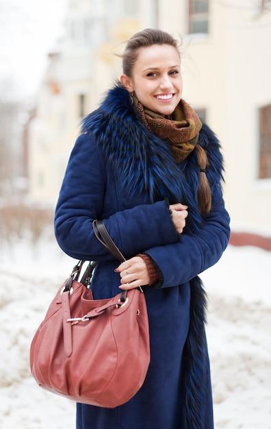 Dziewczyna Z Torebką Na Zimowej Ulicy Darmowe Zdjęcia
