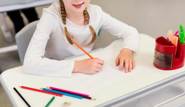 Dziewczyna Z Wysokim Kątem Pisania Na Pusty Notatnik Darmowe Zdjęcia